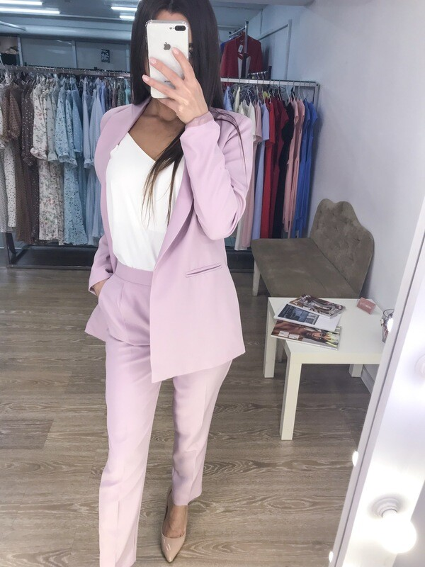 Розовый женский брючный костюм