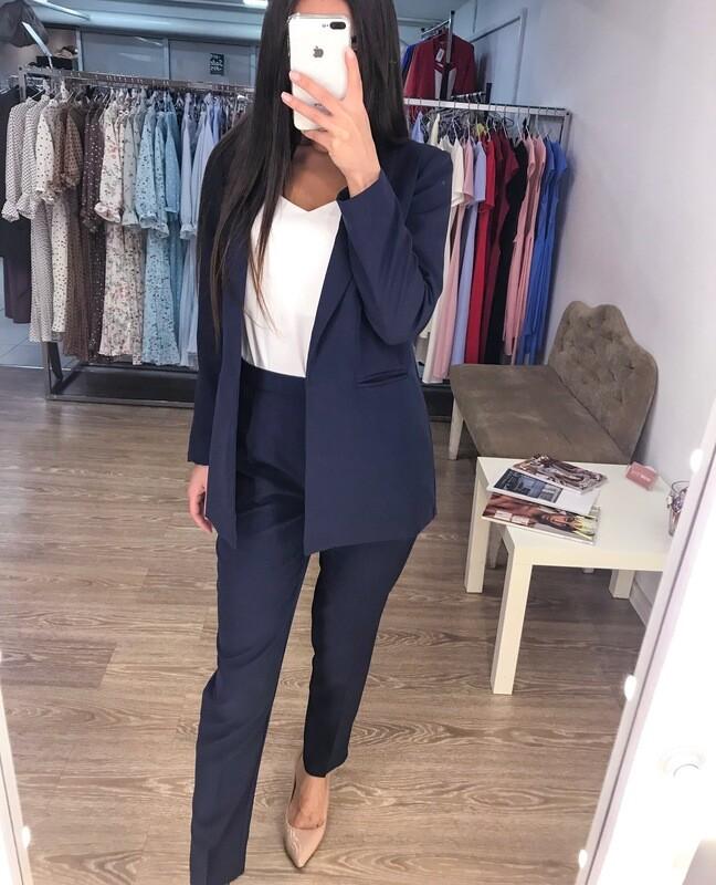 Темно-синий женский костюм