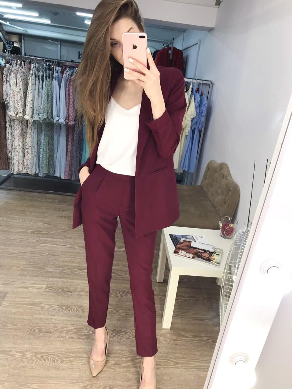 Бордовый брючный женский костюм