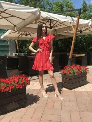 Короткое красное платье в горошек