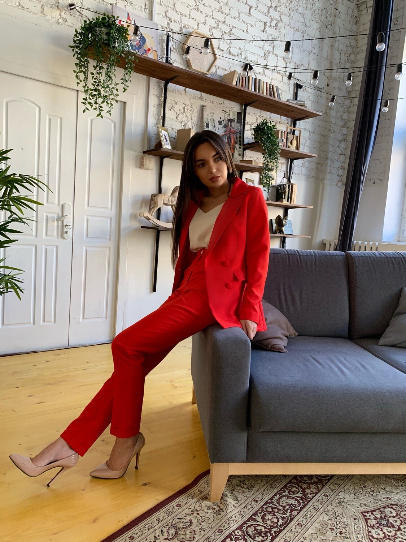 Красный женский костюм