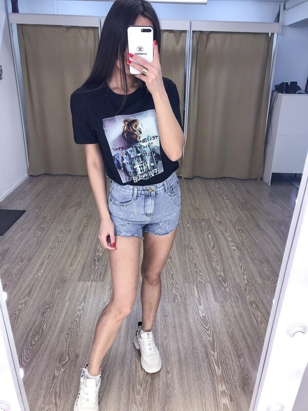 Черная  футболка с принтом2