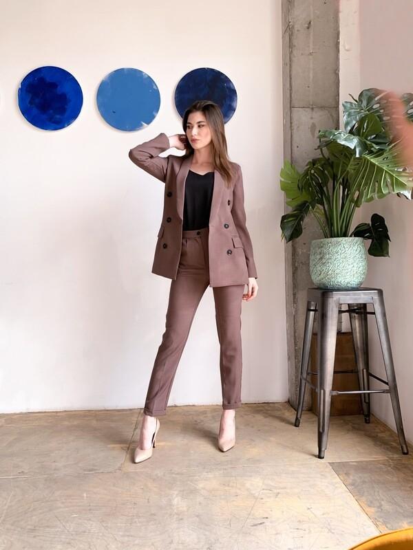 Женский костюм коричневый