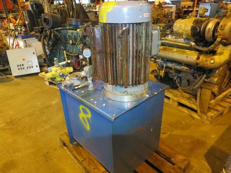 8. Hydraulik agregat - ca 25-30kw, Kran, 250liter
