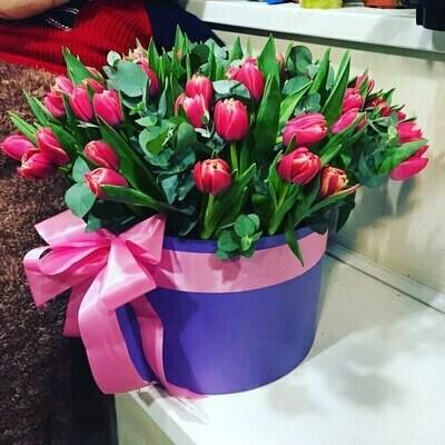 Коробка с тюльпанами в ароматном эвкалипте.