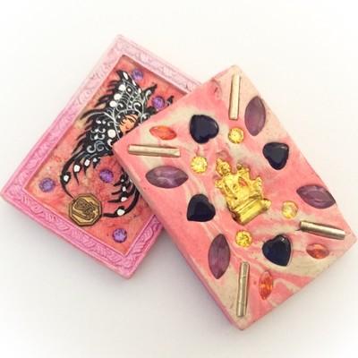 Taep Jamlaeng Butterfly King- Pim Glang - Pink Frame Pink/White Swirl Powders - (1 Golden Brahma Bucha 1 Look Namo Plug + 4 Silver Takrut and 21 Gems) - Sae Yid 60 Edition
