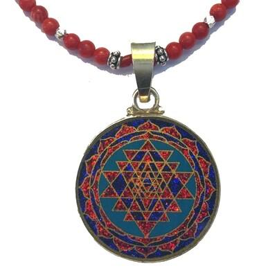 Colar Pequeno Geometria Sagrada Sri Yantra OM (turquesa e coral vermelho)