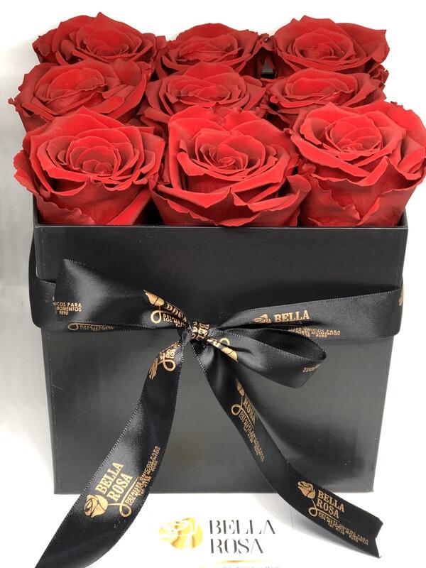 Caja cuadrada con 9 rosas preservadas, variedad de colores