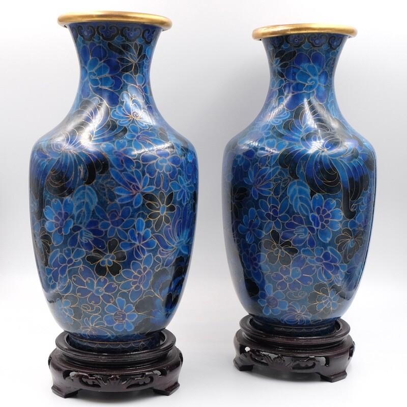 Парные вазы насыщенного синего цвета с деревяными подставками в технике Cloisonne 1950-е