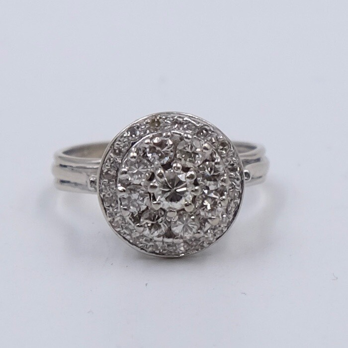 Круглое кольцо из золота 585 пробы и бриллиантами 0.65 карата 17 размер 1950е