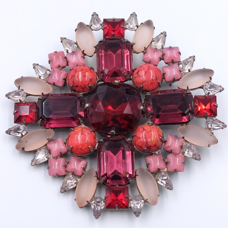 Винтажная крупная брошь из розового и алого стекла в виде мальтийского креста 1930е