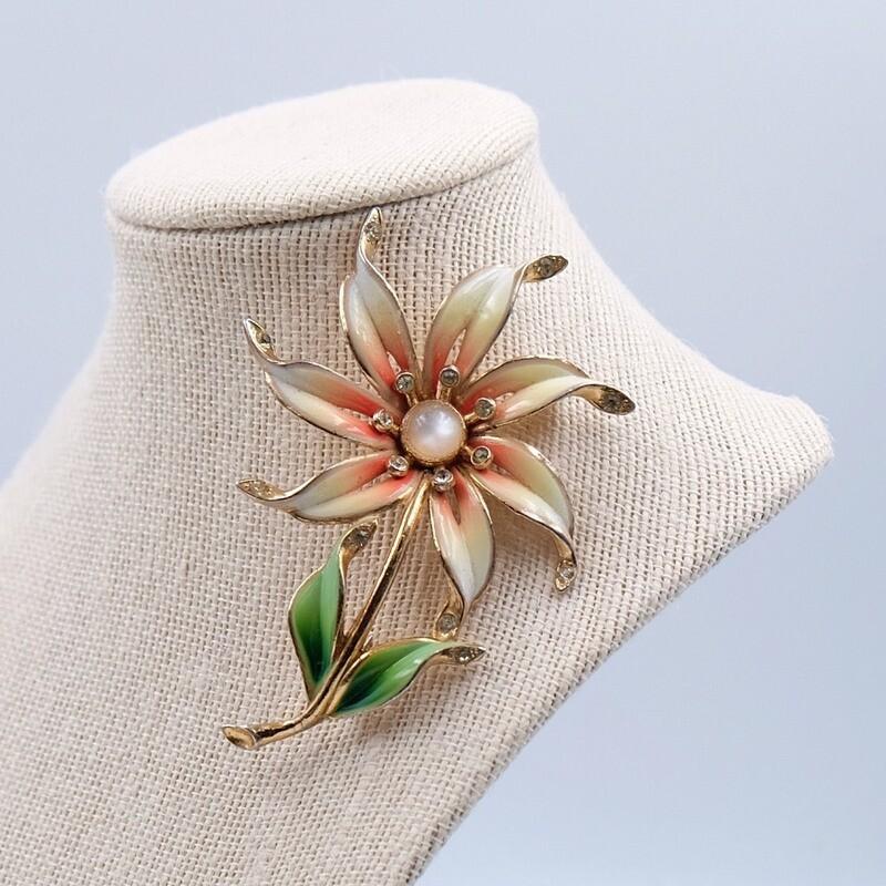 Винтажная брошь Coro в виде эмалевого цветка 1940х годов