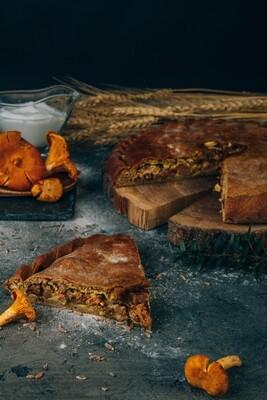 Пирог с лисичками в сметанном соусе