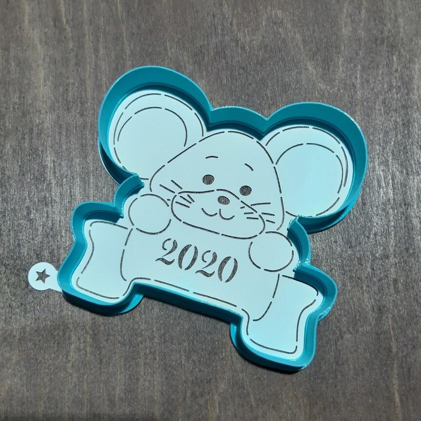 Мышка с табличкой 2020 (11х11 см ) с трафаретом