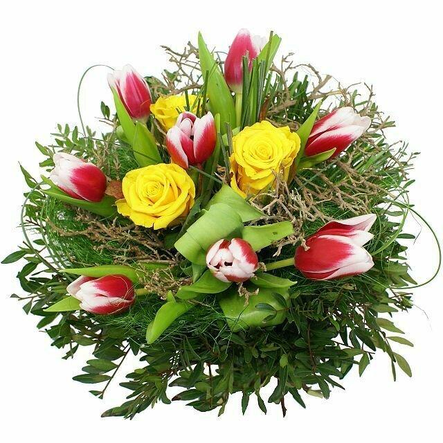 Jarná kytica so žltými ružami a červenými tulipánmi