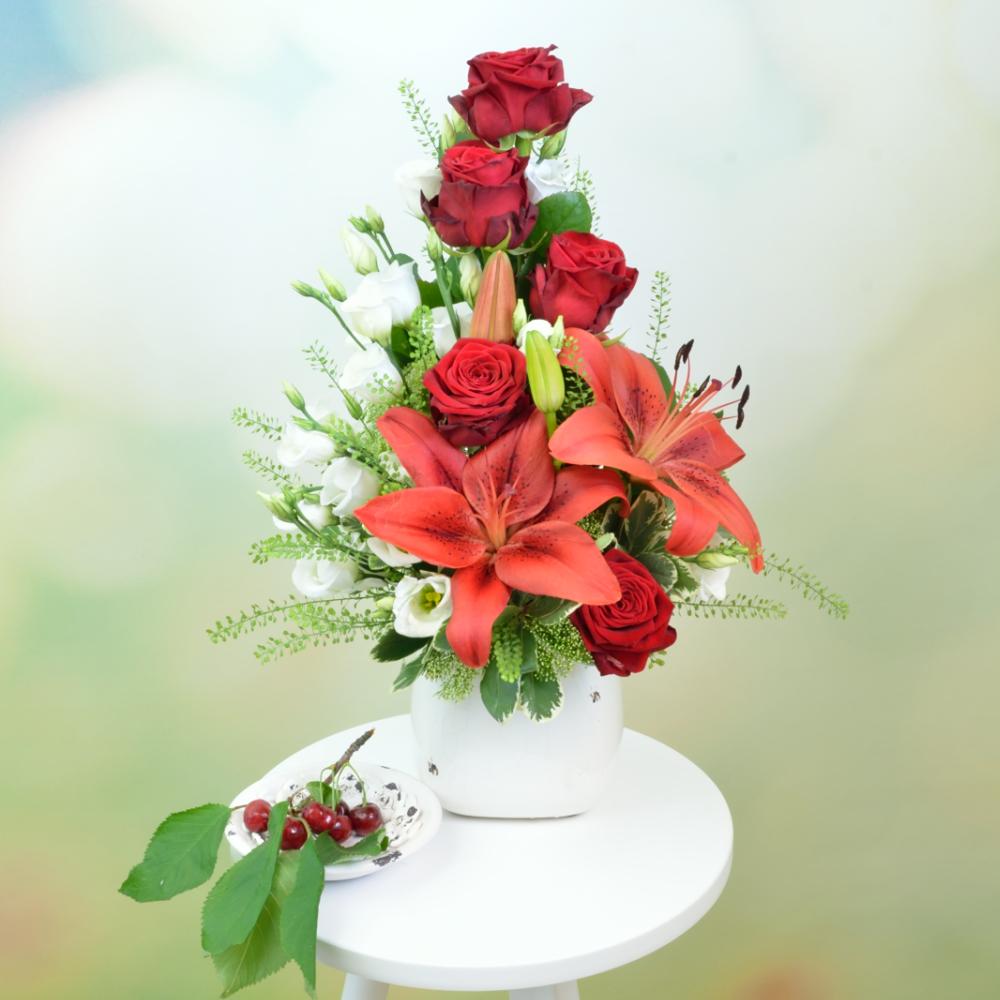 Červeno biela kytica s ľaliou v keramickom obale