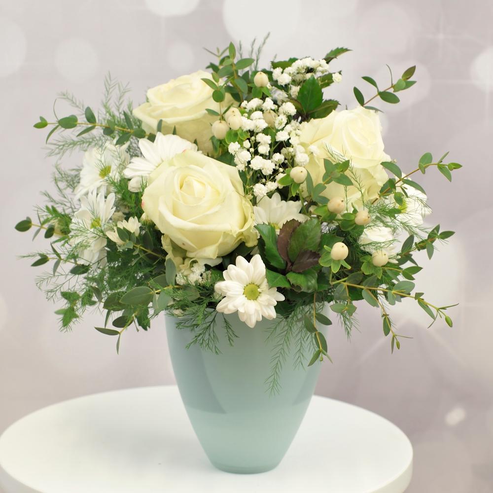 Aranžmán s bielymi ružami