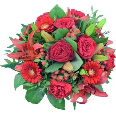 Červená kytica z rôznych kvetov
