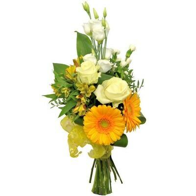 Kytica žltých kvetov s bielymi ružami