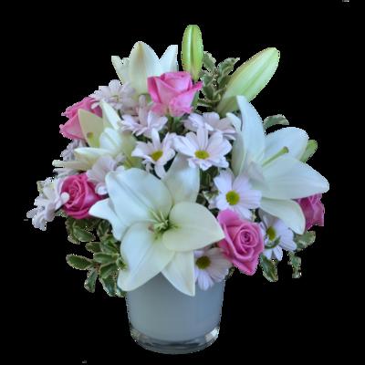 Svetlo ružová kytica s bielymi ľaliami a ružovými ružami v keramickom obale