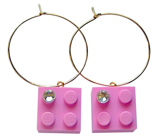 ​Light Pink LEGO® brick 2x2 with a 'Diamond' color SWAROVSKI® crystal on a Gold plated hoop
