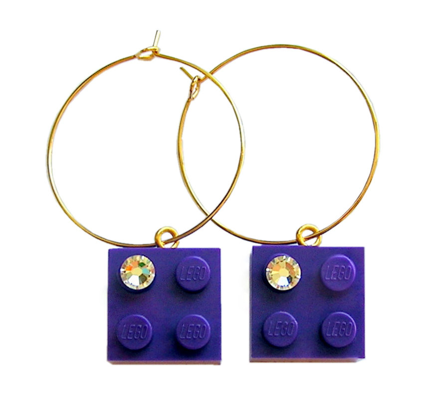 Purple LEGO® brick 2x2 with a 'Diamond' color SWAROVSKI® crystal on a Gold plated hoop