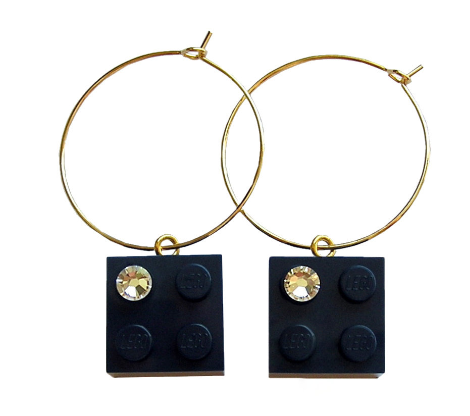 ​Navy Blue LEGO® brick 2x2 with a 'Diamond' color SWAROVSKI® crystal on a Gold plated hoop