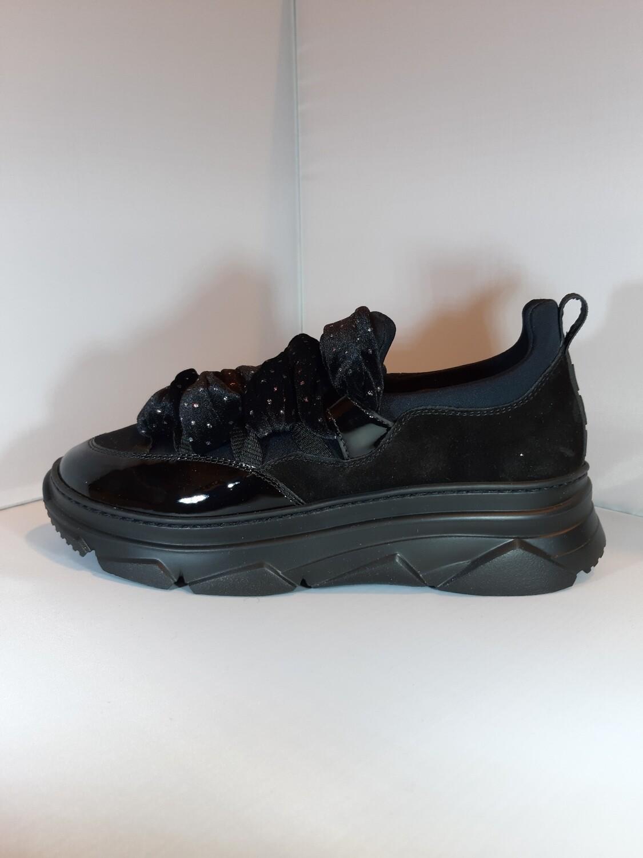 181 | Zwarte sneaker met koorden