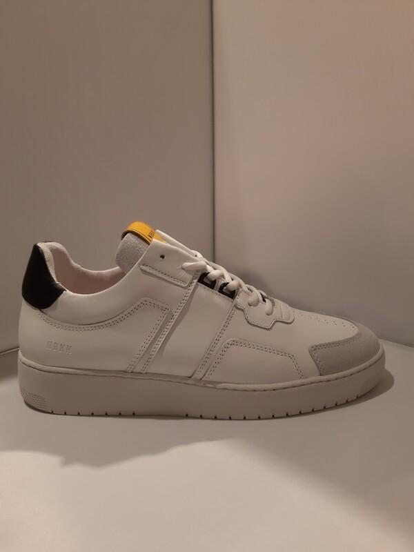 Nubikk | Witte herensneaker met zwart achter met gele flap