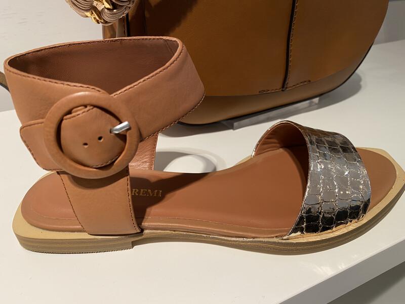 Bruno Premi / sandaal plat met bronzen voorvoet