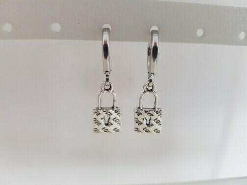 Mini lock oorbellen zilver