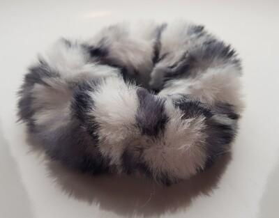 Fluffy scrunchie wit/grijs