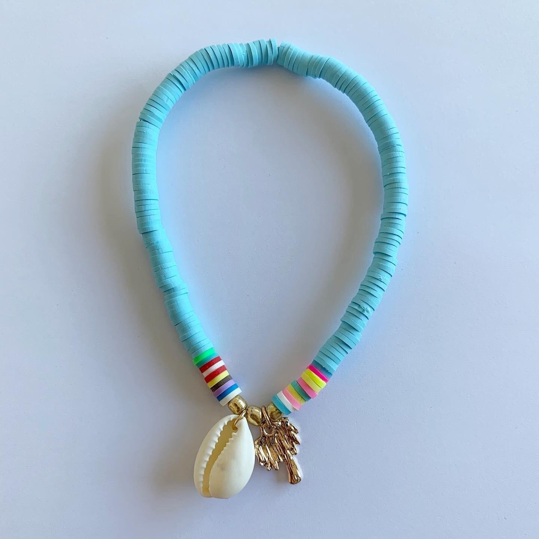 Gekleurde enkelband met schelp en palmboom licht blauw