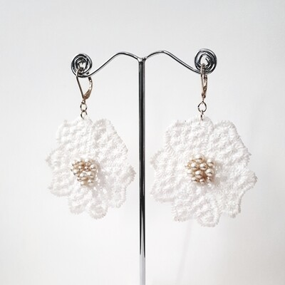 Boho eardrops in lace with pearls