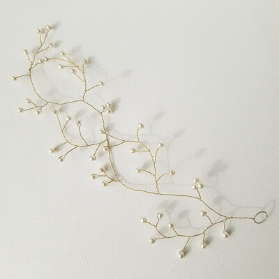 Hair jewelry: vine with very fine golden wire and pearls