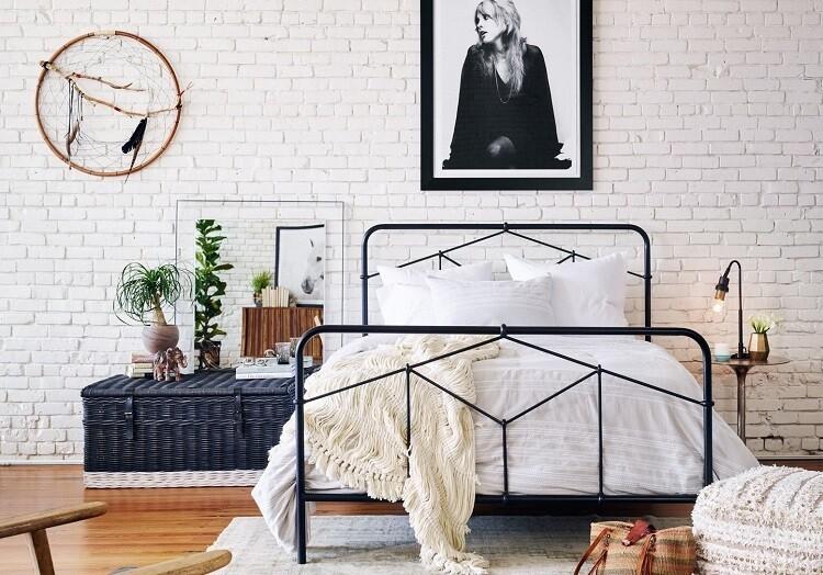 Eclectic Coastal Cottage Спальня в стиле лофт