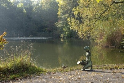 livingstatue with duck