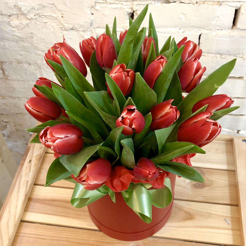 Шляпная коробка из красных Тюльпанов