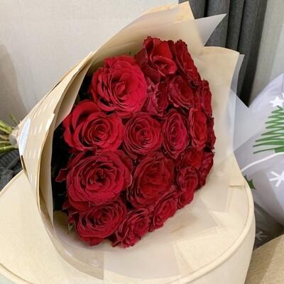 Букет из красных роз в крафте