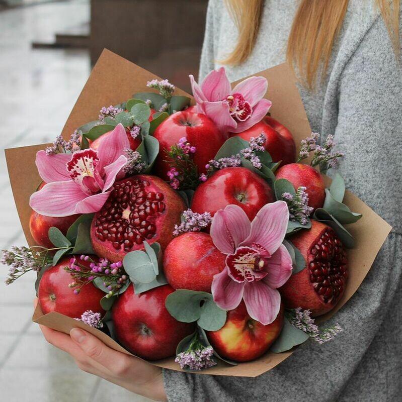 Фруктовый букет с цветами в крафте