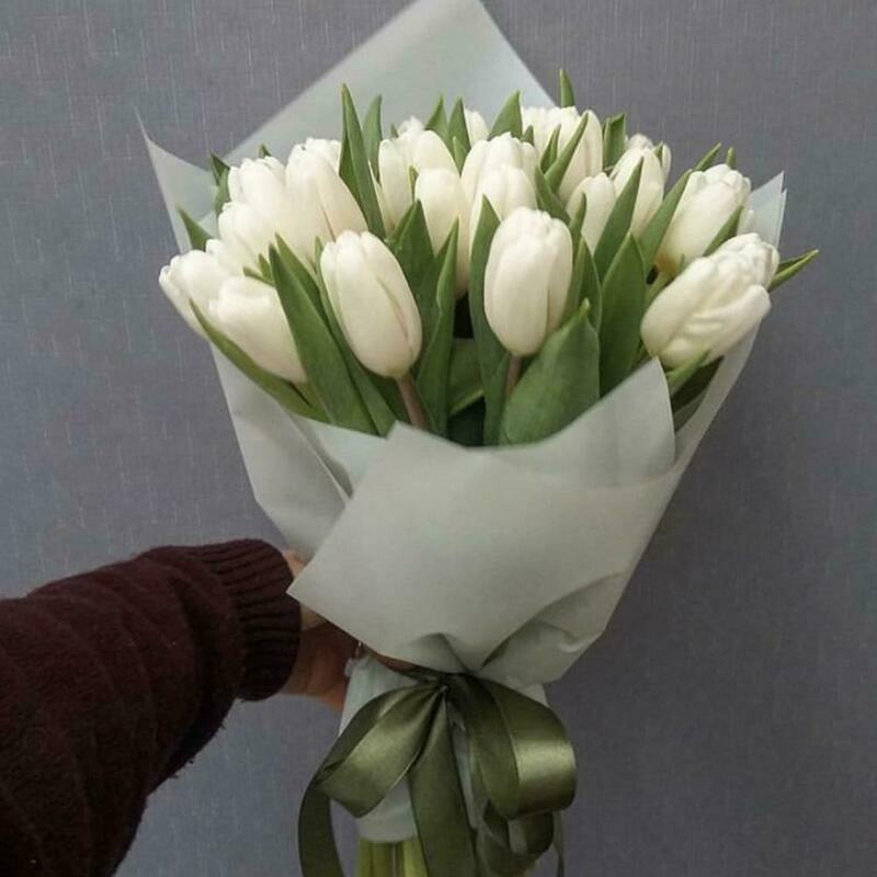 Букет 19 белых тюльпанов