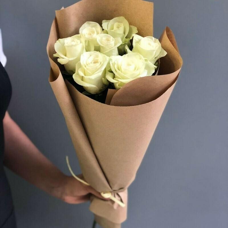 Букет белых роз (Эквадор) 60 см в крафте