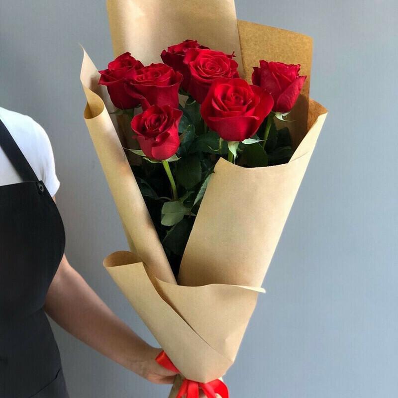 Букет красных роз в крафте (Эквадор) 60 см