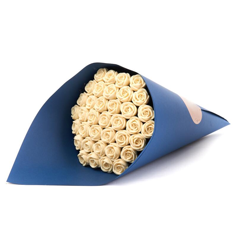 Букет синий 37 белых роз