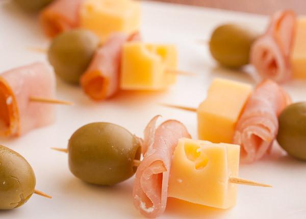Канапе с ветчиной, сыром и маслиной, 20 шт.