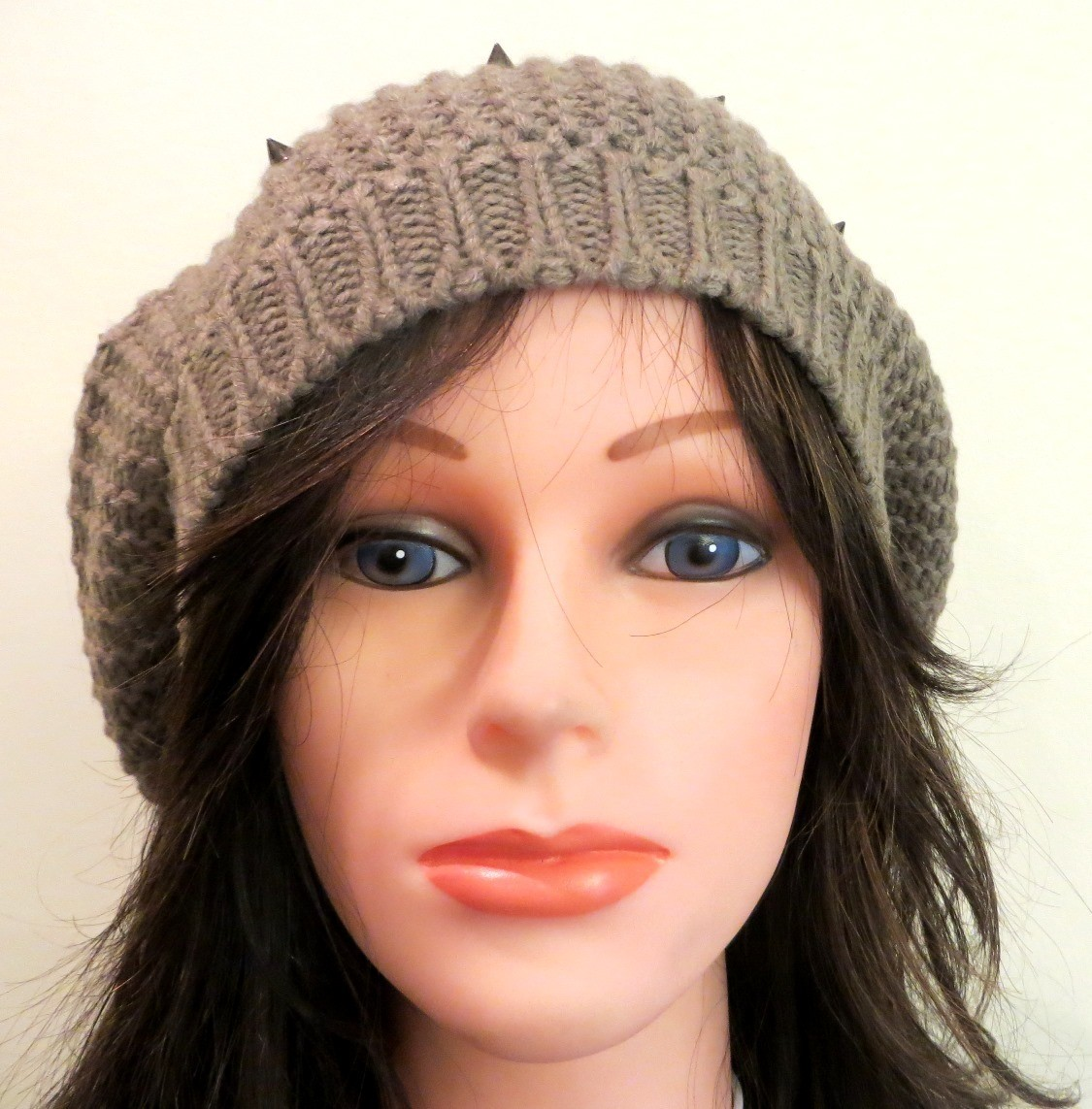 Beige beret with spikes