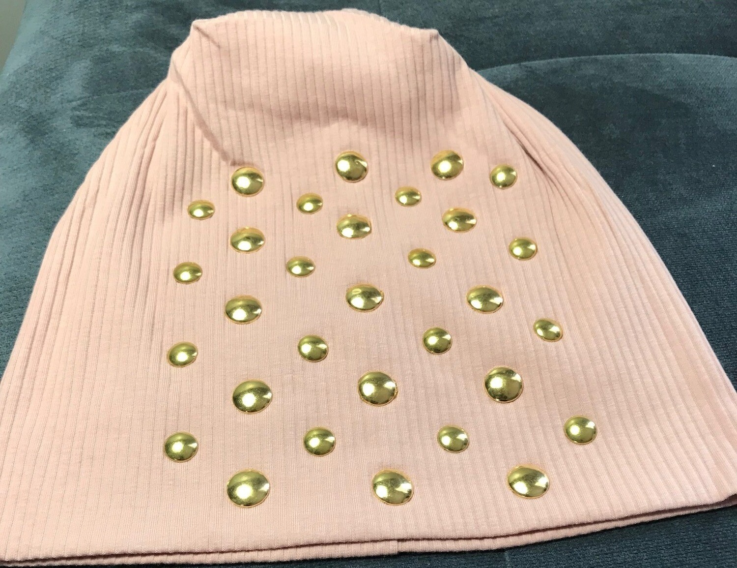 Ribbed beanie with flat gold metal