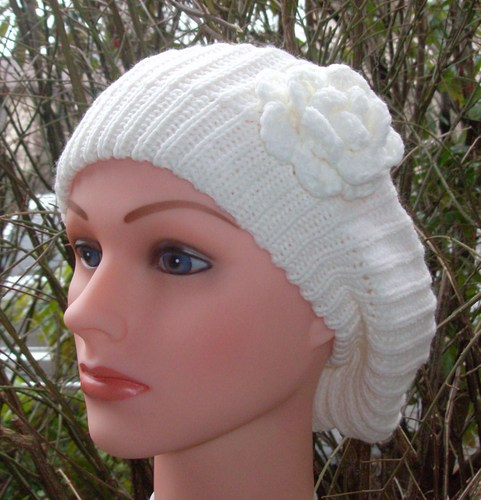 Single flower beret cream