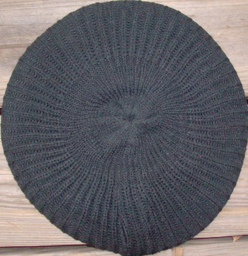 Plain lined beret black