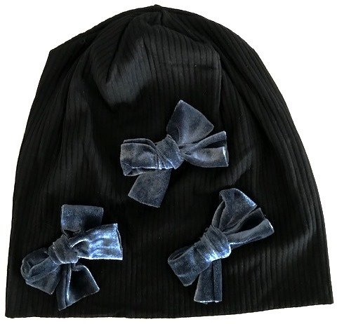 Black ribbed beanie with gray velvet bows